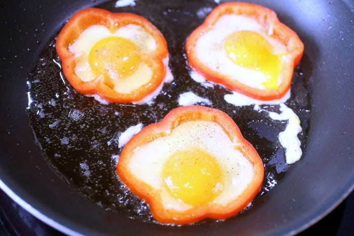 keto-breakfast-pepper-rings-with-eggs
